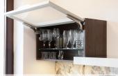 Kuchnia nowoczesna 11: front ramka Zobal i szkło lacobel, podnośniki Blum Aventos HK-S